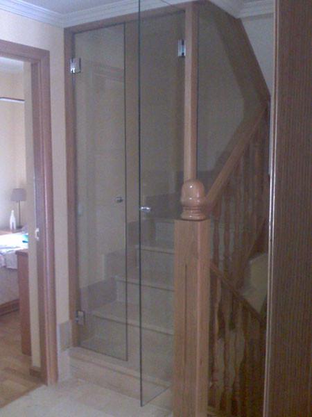 Puertas de paso de cristal abatibles o correderas - Cerramientos de escaleras ...
