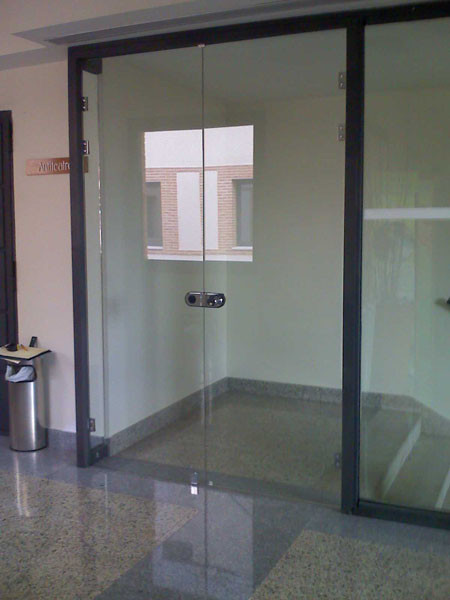 Puertas de paso de cristal abatibles o correderas for Puertas de cristal templado
